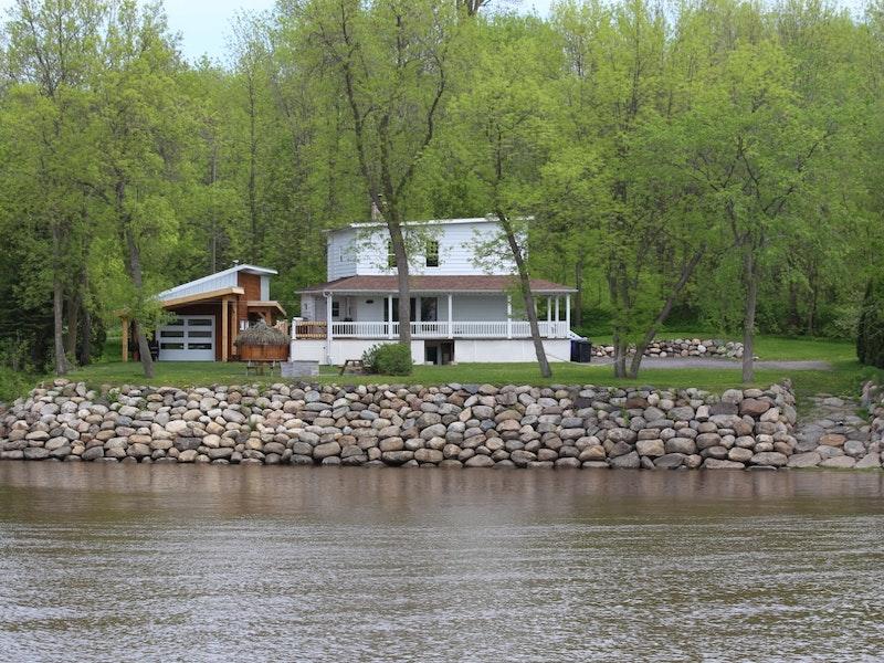 Maison de la rivière du Chêne et son